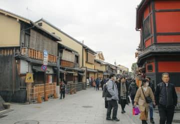 訪日客に比べ、日本人観光客の姿が目立つ京都・祇園=2月23日午後