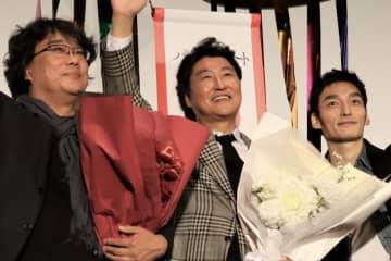 草彅剛(右)ソン・ガンホ(中)ポン・ジュノ監督(左)『パラサイト 半地下の家族』