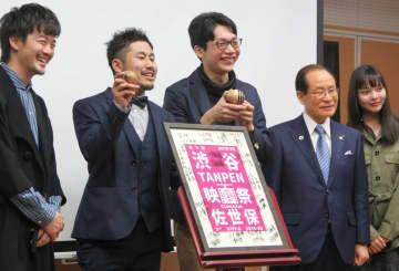 ゴールデンバーガー賞の受賞を喜ぶ高島監督(左から3人目)=佐世保市中央公民館