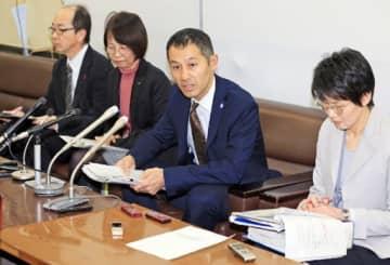 会見する広島県健康福祉局の職員ら