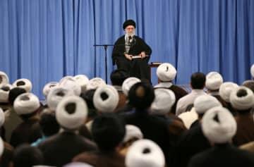 選挙や新型肺炎について話すイランの最高指導者ハメネイ師(奥)=23日、テヘラン(最高指導者事務所提供、ゲッティ=共同)
