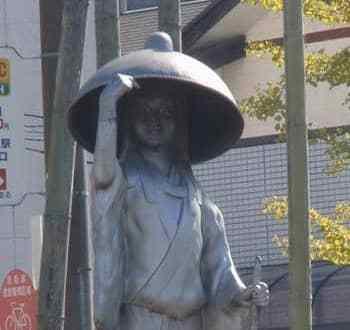 ※千葉県市原市・五井駅に立つ孝標女の像。上京の旅へ出た13歳頃の姿だと言われている)wiki GFDL Craford