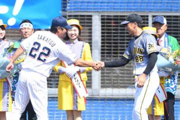 試合前に握手を交わす阪神・矢野燿大監督(右)とヤクルト・高津監督