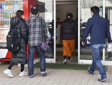金沢市立野田中に通う男子生徒の新型コロナウイルス感染が判明し、説明会に向かう保護者ら=2月24日午後、石川県金沢市