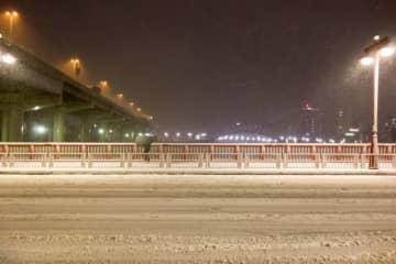 冬場の橋はまるでスケートリンク(画像はイメージ)