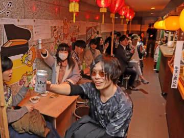 「長崎文化横丁」で乾杯する来場者=長崎文化放送特設スペース