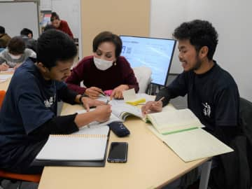 岐阜市の日本語教室で勉強するハムバリー・ハビルンさん(右)とアルビー・アクラムル・ザルダさん(左)=同市柳ケ瀬通、県国際交流センター