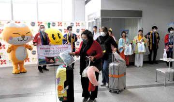 福島空港に到着し、歓迎を受けるタイからの搭乗客