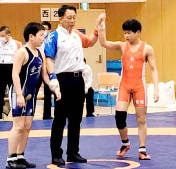 男子小学5年55キロ級を制し、大会5連覇を達成した小林賢弥(右、提供写真)