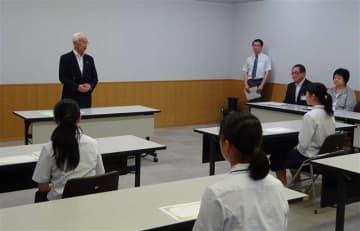 県内の高校で行われた奨学生証授与式=18年7月12日