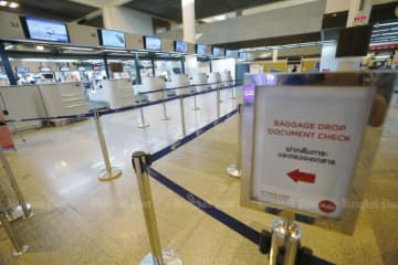 No passengers are seen at check-in counters of Thai AirAsia at 4pm on Thursday at Don Mueang airport as the coronavirus outbreak affects air travel. (Photo by Pornprom Satrabhaya)