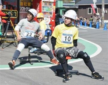 「いす-1GP」で、事務用椅子に座りながら疾走する出場者=南関町