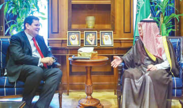 Saudi Minister of State for Foreign Affairs Adel Al-Jubeir meets UK Ambassador Neil Crompton in Riyadh on Monday. (SPA)