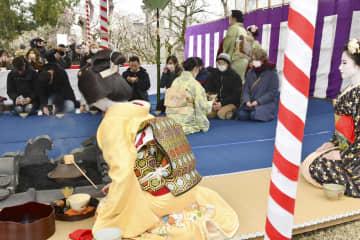 北野天満宮で行われた「梅花祭」の野だて茶会=25日午前、京都市