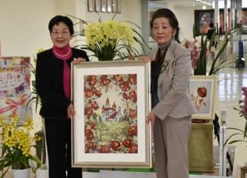押し花の作品を大川市長(左)に手渡す村上代表