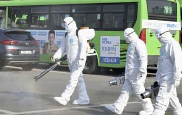 24日、バスの車庫で行われた消毒作業=ソウル(共同)