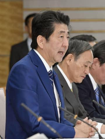 新型コロナウイルス感染症対策本部会合であいさつする安倍首相=25日午後、首相官邸