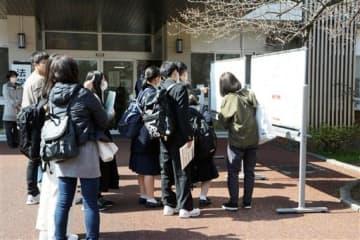 前期試験の下見に訪れた高校生ら。新型コロナウイルスの影響でマスク姿が目立つ=24日、熊本市中央区の熊本大