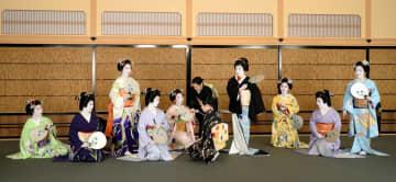 「都をどり」の衣装合わせで写真撮影に臨む芸舞妓たち(25日午前11時49分、京都市東山区・祇園甲部歌舞練場)