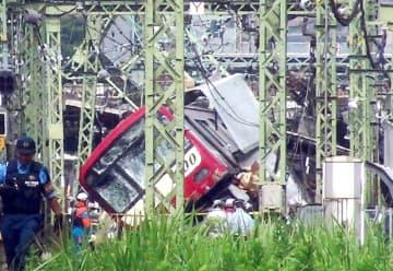トラックと衝突し、大きく傾いた車両=5日午後1時15分ごろ、横浜市神奈川区