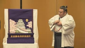 貴景勝に化粧まわしを贈呈 姫路城のデザイン