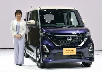 日産自動車の新型軽ワゴン「ルークス」と星野朝子副社長=25日、横浜市