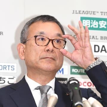Jリーグの開催延期を発表した村井満チェアマン=JFAハウス(撮影・園田高夫)