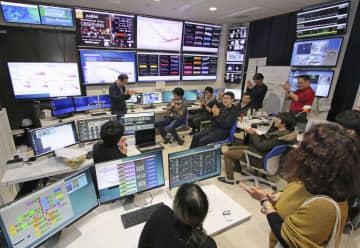 重力波望遠鏡「かぐら」が観測を始めたことを喜ぶ関係者=25日(東京大宇宙線研究所提供)