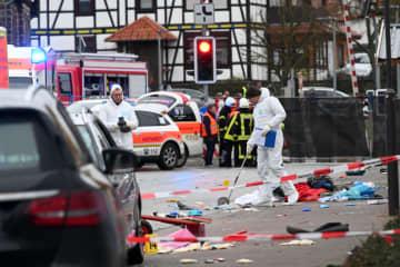 ドイツでカーニバルに車 30人負傷