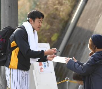 ファンにサインした色紙を手渡す小川一平=安芸(撮影・北村雅宏)