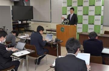 新型コロナウイルスの新たな感染者が熊本市内で確認され、会見する大西一史市長=25日午後、同市役所(後藤仁孝)