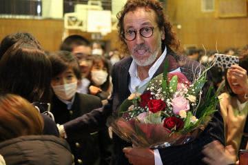 講演後に生徒と交流するラモス瑠偉さん=古河市立総和南中学校
