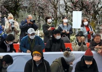 マスク姿の「梅花祭野点大茶湯」の入場者(京都市上京区・北野天満宮)