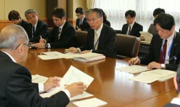県主催の屋内行事を中止・延期することなどを決めた県の新型コロナウイルス感染症対策本部会議=25日、県庁