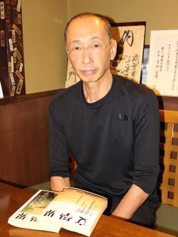 三田文学新人賞受賞の喜びを語った小森隆司さん=郡上市八幡町