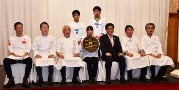 第8回食の黄金文化・奥州料理コンクールの入賞者と審査員ら