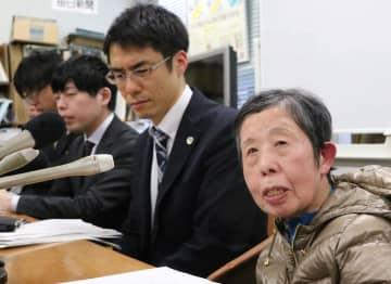 原告3人の敗訴が確定し、落胆の声を上げた松谷さん(右)や弁護団ら=長崎市役所