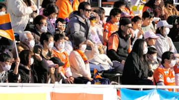 マスクを着用して愛媛FCの開幕戦を観戦するサポーターら=23日、ニンスタ(撮影・柳生秀人)