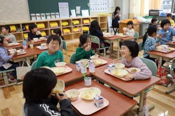 新しい教室で給食を味わう児童=長崎市、仁田佐古小