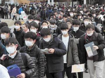 マスク姿の受験生が目立った試験会場=25日午前9時20分ごろ、仙台市青葉区の東北大川内北キャンパス