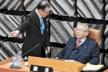 飯塚議長(左)から自席に戻るよう説得される田村議員