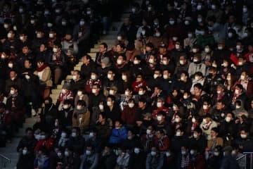 時事通信 マスク着用の観客が多く見られたJリーグの試合=2月23日