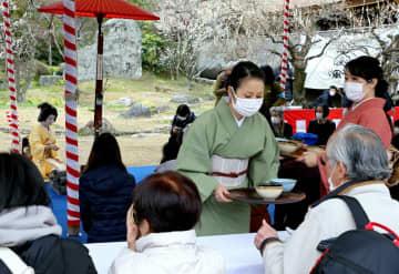 マスクを着用して行われた北野天満宮の梅花祭(25日、京都市上京区)