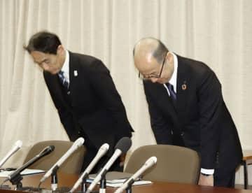 記者会見で謝罪する市立明石商業高の楠田俊夫校長(左)ら=2月21日