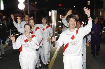 聖火リレーのリハーサルで、グループで走る代役のランナー=2月15日、東京都八王子市