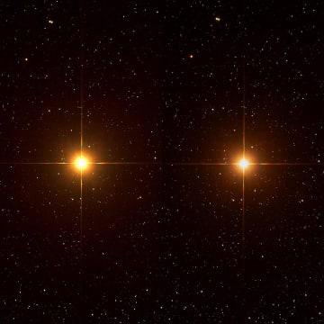 同じ条件で撮影されたベテルギウスの比較画像。左は2016年2月、右は2019年12月31日に撮影。背景の星々は変わらないが、ベテルギウスは右のほうが暗い(Credit: Brian Ottum/EarthSky)