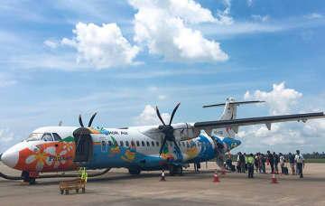 ラオスに向けて乗り込んだ飛行機。とてもよく晴れた日だったことを覚えている