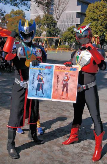 投票パネルを持つタージマン(左)とイクター=23日