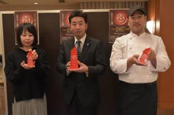 水戸ュランの大賞と準大賞を受賞した3店舗の店主ら=水戸市三の丸