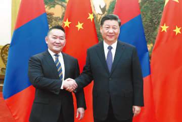 President Xi Jinping meets with Mongolian President Khaltmaa Battulga at the Great Hall of the People in Beijing on Thursday. LIU BIN / XINHUA